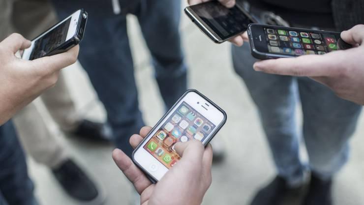 Ein Leben ohne Smartphone ist für Jugendliche heutzutage nicht mehr vorstellbar. Aber auch ältere Generationen können darauf nicht mehr verzichten, wie Zahlen einer neuen Erhebung zeigen. (Symbolbild)