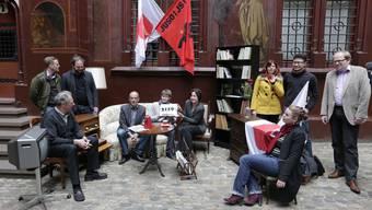 Für die Einreichung der Initiative wurde als Gag im Rathaus-Hof ein Wohnzimmer aufgebaut.