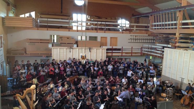 Am Samstag, 22. November 2014, findet die Aufführung der Queen Symphony in der restlos ausverkauften Werkhalle der Firma Holzbau Moosmann AG in Rüti bei Büren statt.