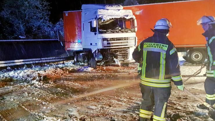 Ein Lastwagen ist auf der Autobahn 30 bei Hoerstel (Nordrhein-Westfalen) auf glatter Fahrbahn verunglückt.