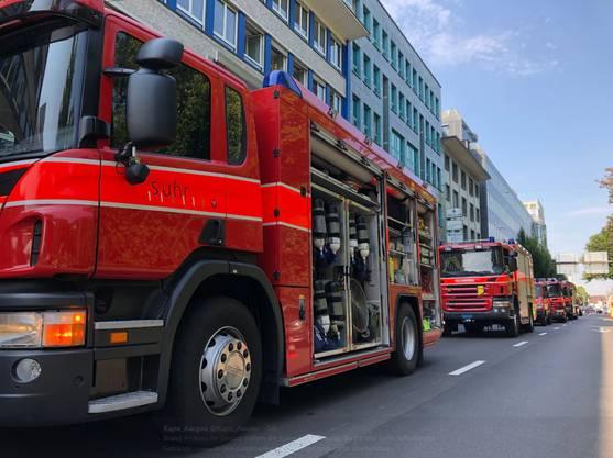 Neben Polizei und Ambulanz standen die Feuerwehren Aarau, Suhr und Buchs ...
