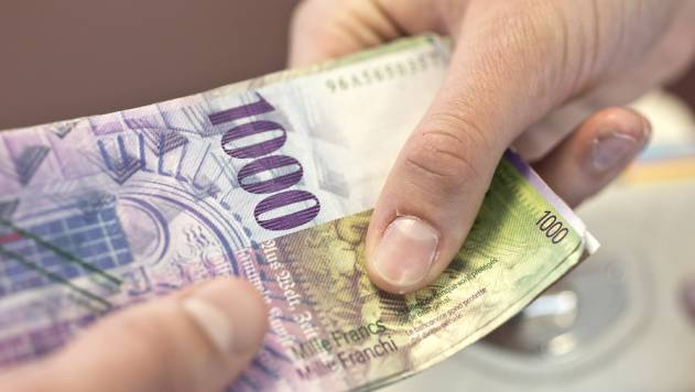 Nach dem Tod ihres Lebenspartners hob die Frau 10'000 Franken von seinem Konto ab, um die Beerdigungskosten zu begleichen. (Symbolbild)