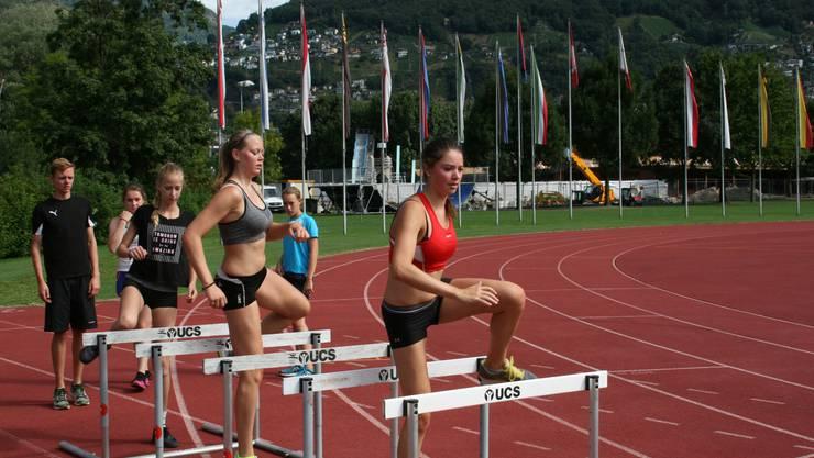 Hier trainieren die Teilnehmer Hürdenlauf.