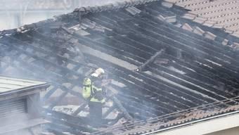 Das Feuer richtete am Dachstock des Schulhauses erheblichen Schaden an.