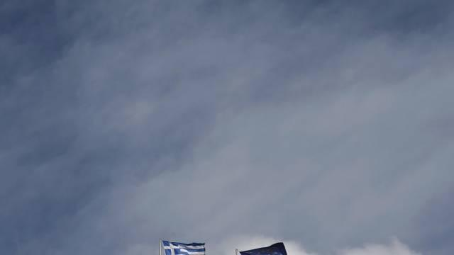 Eine griechische und eine EU-Fahne