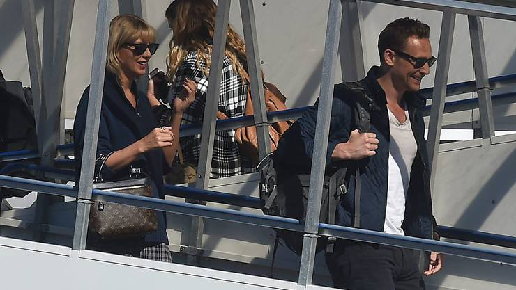 """Taylor Swift (l) und Tom Hiddleston (r) letzte Woche auf dem Gold Coast Flughafen in Queensland, Australien. Nun hat Hiddleston bestätigt, dass er und die Sängerin """"zusammen und glücklich"""" seien. (Archivbild)"""