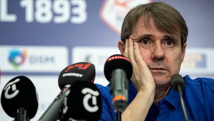 Bernhard Burgener, Präsident des FC Basel sitzt auf einem wackligen Stuhl. (Archivbild)