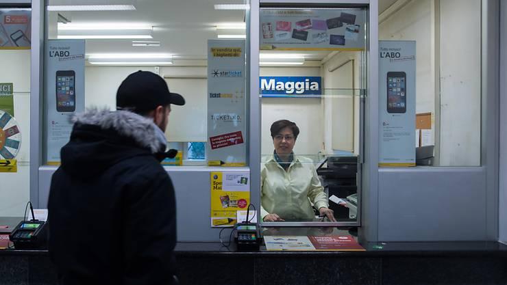 Ein Kunde geht an den Schalter der Poststelle in Maggia im Tessin. Für diese Poststelle garantiert die Post die Existenz bis 2020.