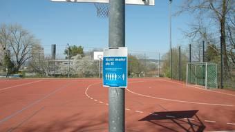 Grössere Menschenansammlungen bleiben vorerst verboten, auch auf Schulsportplätzen.