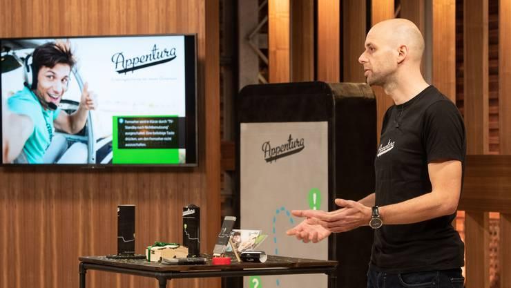Gründer Stefan Flück präsentiert sein Startup-Unternehmen bei der «Höhle der Löwen».