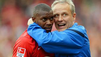 Freiburg-Trainer Christian Streich (rechts) umarmt seinen Stürmer Karim Guede