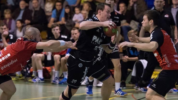 Solothurns Michael Wassmer (L) und Oliver Zimmermann (R) im Kampf um den Ball gegen Aaraus Mischa Kaufmann.