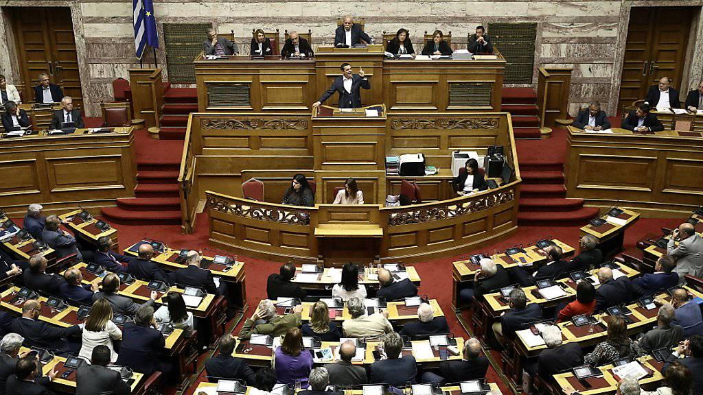 Der griechische Ministerpräsident Alexis Tsipras spricht am Freitagabend im Parlament in Athen.