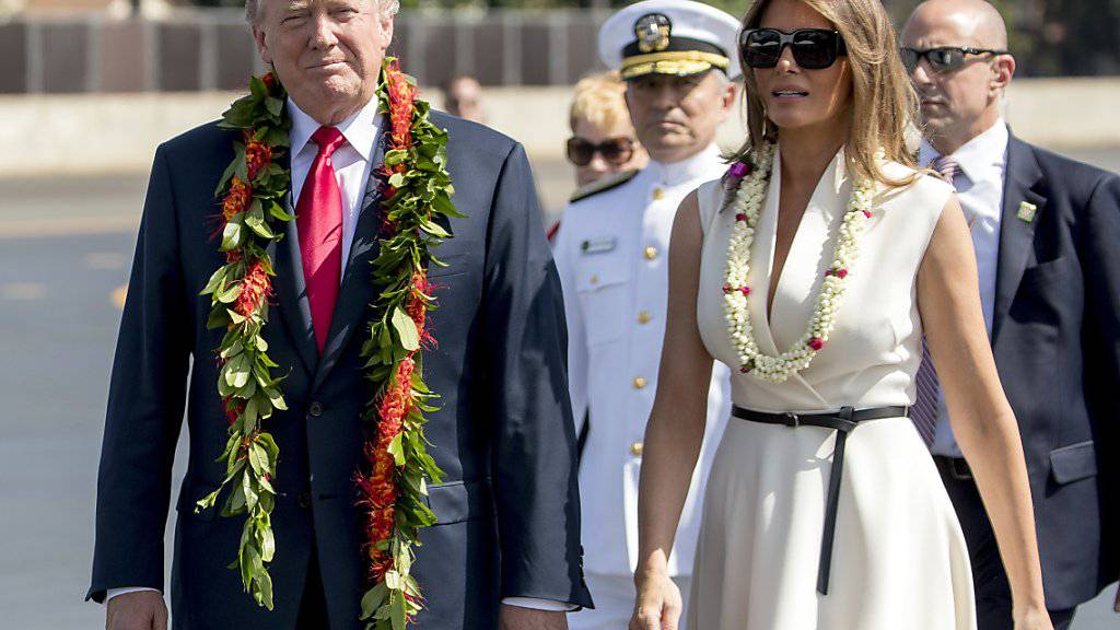 US-Präsident Donald Trump ist am Freitag gemeinsam mit seiner Frau in Hawaii eingetroffen und wurde mit den traditionellen Halsketten aus Blüten begrüsst.