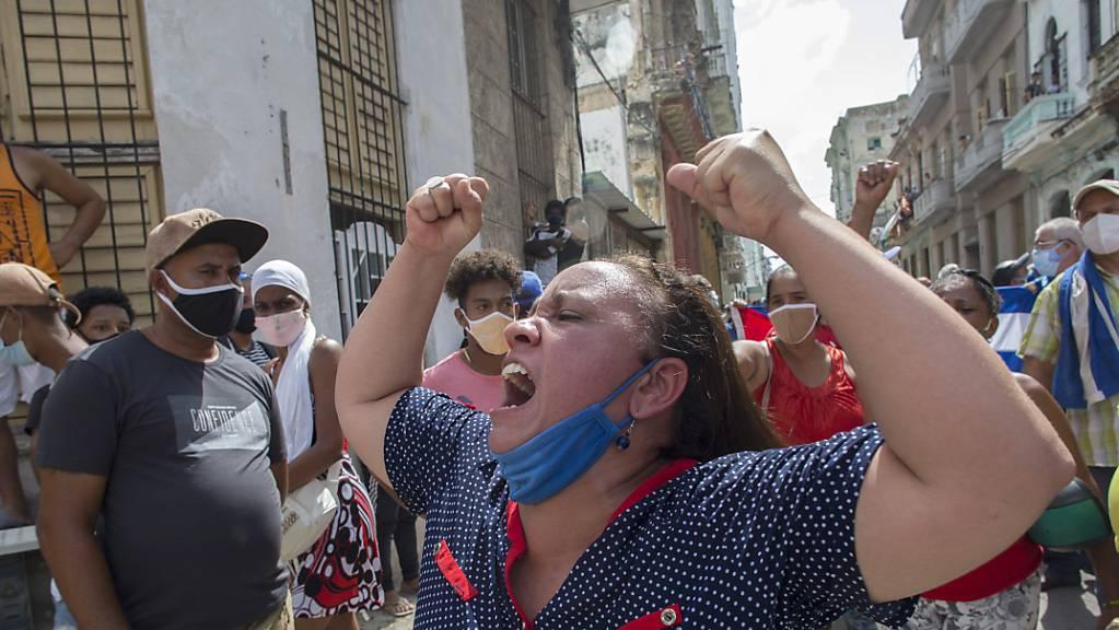 Eine Frau schreit Pro-Regierungs-Parolen, während Anti-Regierungs-Demonstranten in Havanna, Kuba, marschieren.