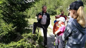 Wanderleiter Martin Schmutz vom Schweizer Nationalpark weiss allerhand über Flora und Fauna imVal Tavrü – da hören auch die Kinder aufmerksam zu.