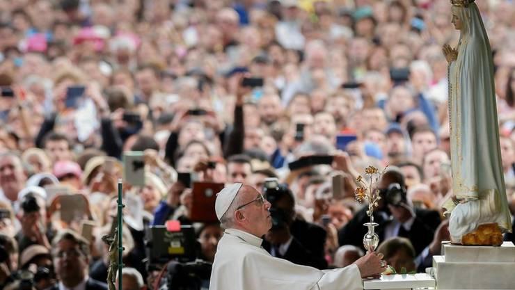 Papst Franziskus wurde am Freitag in Fátima von mehr als 400'000 Menschen empfangen.