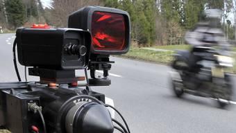 Die Polizei stoppte einen Motorradfahrer, der mit 146 km/h gemessen worden war. Erlaubt waren auf dieser Strecke nur 80 km/h. (Symbolbild)