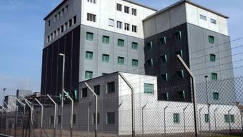 Letzter Halt vor der Ausschaffung: das Gefängnis beim Flughafen Zürich-Kloten. Geht es nach dem Parlament, sollen künftig weniger Personen von der Härtefallklausel profitieren. (Themenbild)