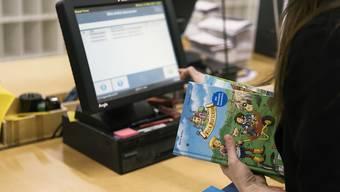 Jedes zweite Buch wird online gekauft: In den USA liegen die Umsätze von Online-Shops und herkömmlichen Läden erstmals praktisch gleichauf. (Symbolbild)