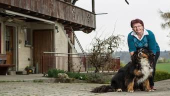 Fühlt sich als Bäuerin und Pflegefachfrau wohl in der BDP: Anita Herren mit Hund Charly.