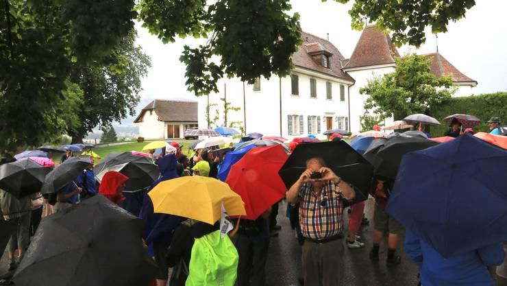 108 Leserwanderer lauschten den Geschichten von Wanderleiterin Susanne Im Hof (hier beim Schlössli Vorderbleichenberg).