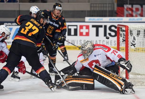 Der Schweizer Keeper Daniel Manzato musste sich dreimal geschlagen geben.