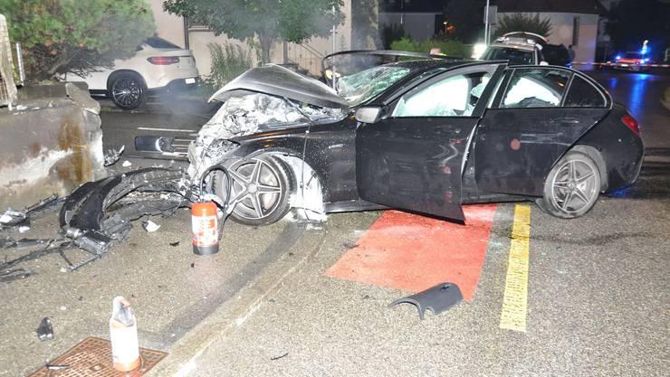 Olten SO, 11. Juli: Ein 18-jähriger Autofahrer verliert die Kontrolle über sein Auto und prallt frontal in eine Betonmauer. Er wird schwer verletzt.