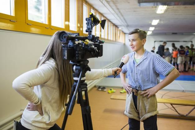"""Jungschwinger Oliver Bachmann gab am Rande der Veranstaltung Nicole Zintzsche von """"Tele Züri"""" ein Interview."""