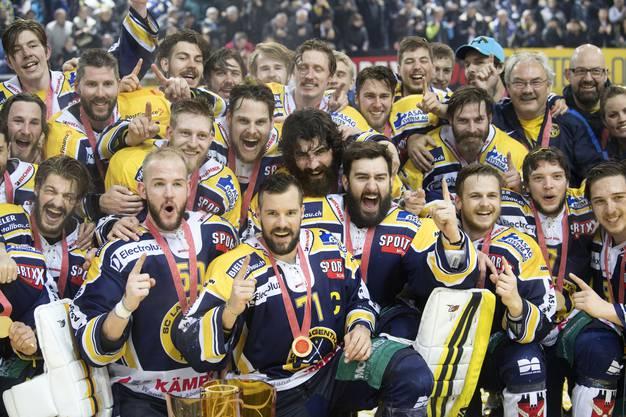 Langenthals Spieler feiern den NLB-Meistertitel.