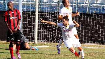 Renato Steffen (M.) bejubelt seinen 1:0-Führungstreffer auf Zypern