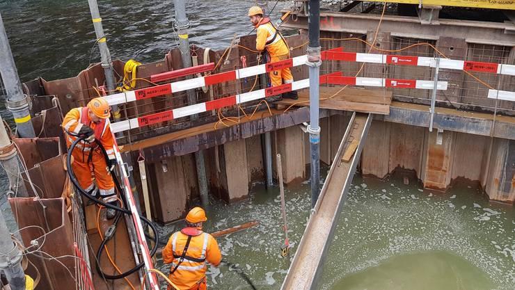 Mit einem senkrechten Rohr (Bildmitte) wird der Unterwasserbeton für die neue Dichtplatte eingebracht.