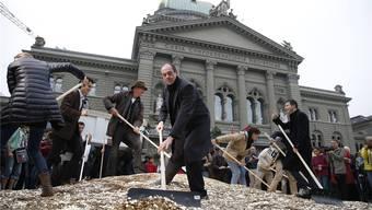 Wirksames Spiel um Aufmerksamkeit: Die Initianten schütteten im Herbst 2013 acht Millionen Fünfräppler auf den Bundesplatz.