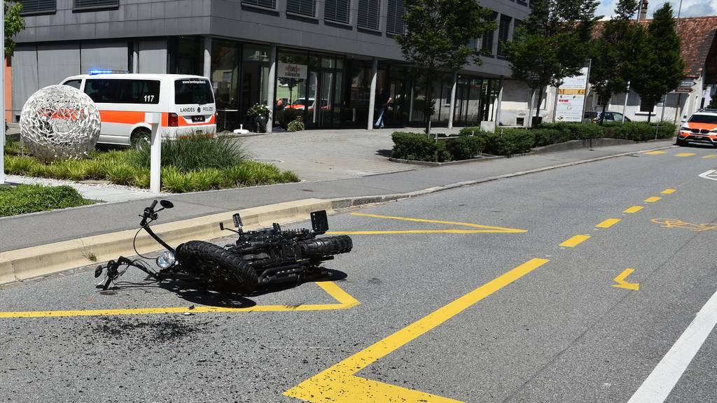 Kollision mit Auto – Töfffahrer verunfallt schwer