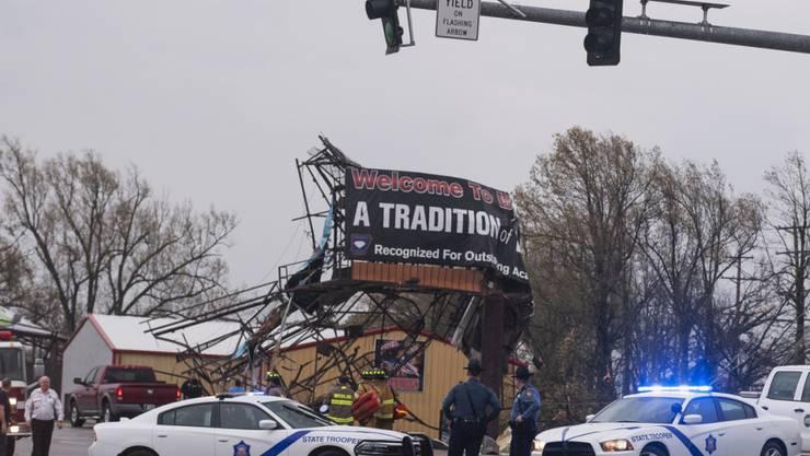Spur der Verwüstung: Polizeibeamte begutachten die Schäden in  Jonesboro, Arkansas, nach dem Durchzug des Tornados.