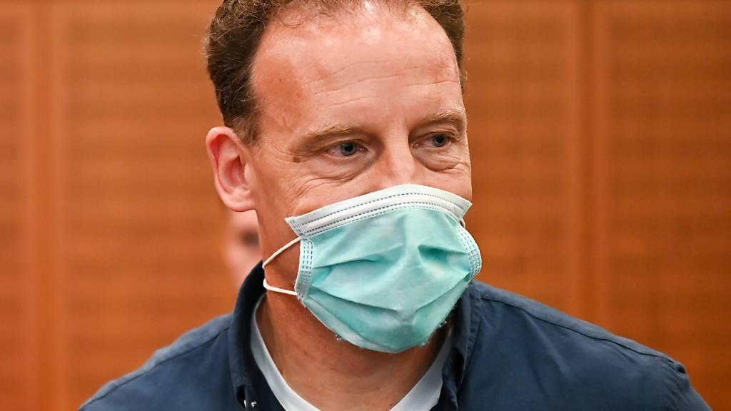 Der Unternehmer Alexander Falk hat im Gerichtssaal des Landgerichts seinen Platz zur Urteilsverkündung eingenommen. Falk soll 2009 in einem Hamburger Restaurant einen Mann mit der Tötung eines Frankfurter Anwalts beauftragt haben.