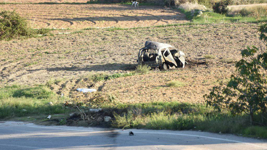 Das zerstörte Auto der Journalistin Galizia nach dem Anschlag. Nun sind auf Malta acht Verdächtige festgenommen worden. (Archiv)