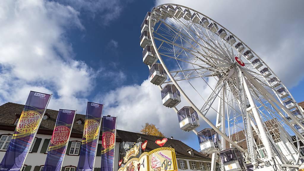 Das grösste Riesenrad der Schweiz dreht bis Anfang Januar 2021 auf dem Basler Münsterplatz seine Runden.