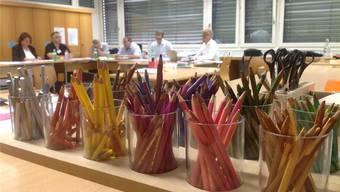 Die Arbeitsgruppe «Finanzen und Liegenschaften» leistete im farbenfrohen Handarbeitszimmer der Schule Rudolfstetten-Friedlisberg zahlenintensive Kopfarbeit. cf