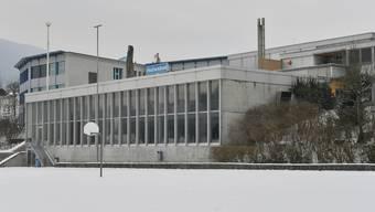 Das Hallenbad und das im Hintergrund sichtbare Schulhaus Falkenstein sollen schon bald Wärme von der Heizzentrale Hunzikerhof beziehen.