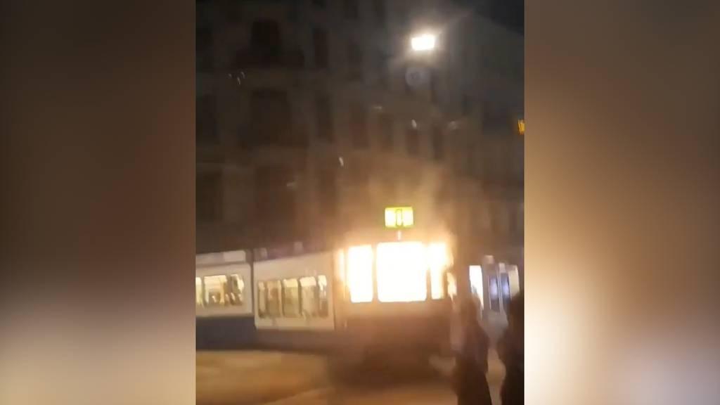 Unbekannter wirft gezündeten Feuerwerkskörper in Zürcher Tram