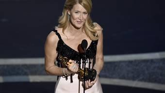 Laura Dern erhält den Oscar für die beste Nebenrolle.