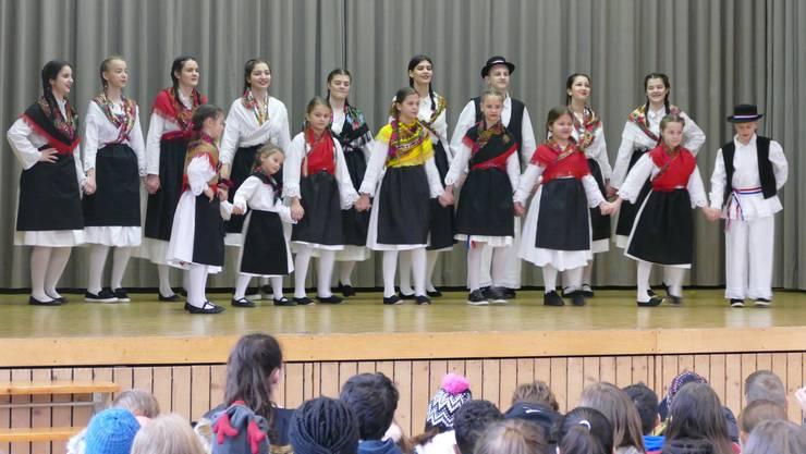 Kinder und Jugendliche der kroatischen Tanzgruppe führen einen Volkstanz auf.