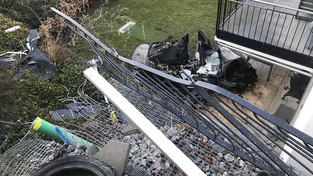 Nach einer Irrfahrt landet eine 54-Jährige mit ihrem Auto auf einem Gartensitzplatz in Zollikon ZH.