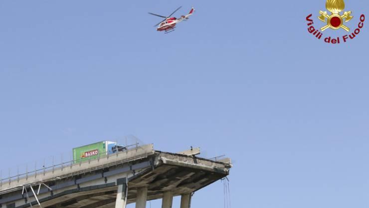 Der Grüne Lastwagen, der beim Brückeneinsturz in Genua kurz vor der Abbruchstelle zum Stehen kam, ist unterdessen abtransportiert worden.