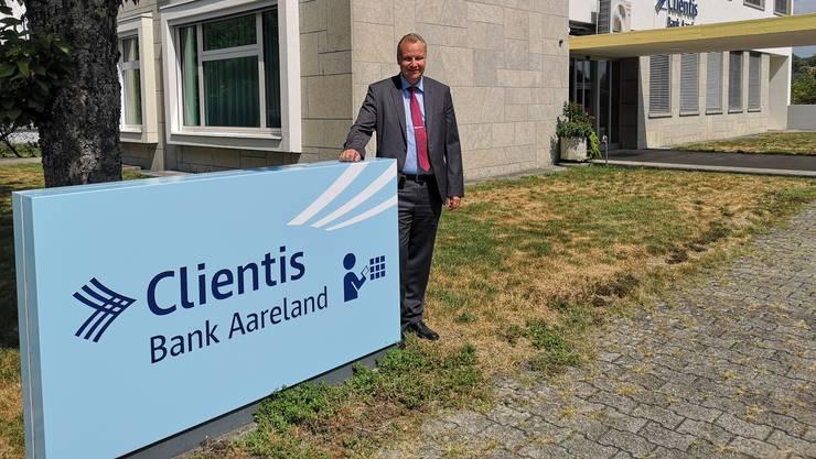«Neuer Name. Vertraute Gesichter»: Bankleiter Hansjörg Gloor vor dem Hauptsitz der Bank Aareland in Küttigen.