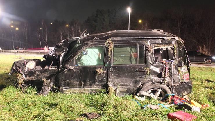 Auf der Autobahn A13 bei der Ausfahrt Sevelen kam es zu zwei Unfällen, bei denen sieben Autos involviert waren. Eines der Autos überschlug sich.
