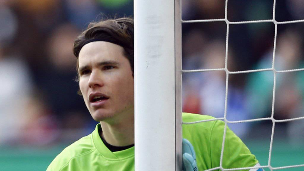 Augsburg-Goalie Marwin Hitz wird von Kölns Platzwart für den ramponierten Rasen gebüsst