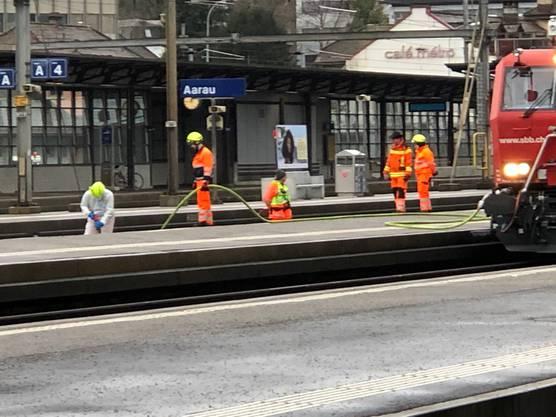 Die Einsatzkräfte vor Ort am Bahnhof Aarau.