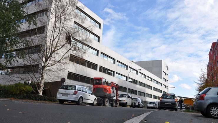 Anfang 2010 bezugsbereit: Für den Bau des Bezirksgebäudes beim Bahnhof Dietikon bewilligte der Kanton 52 Millionen Franken. (Bild: Matthias Kessler)